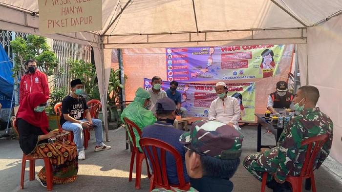 Dewan Masjid Indonesia (DMI) datang dengan menyalurkan bantuan logistik kepada 150 jemaah berstatus ODP yang diisolasi di sebuah masjid di Tamansari.