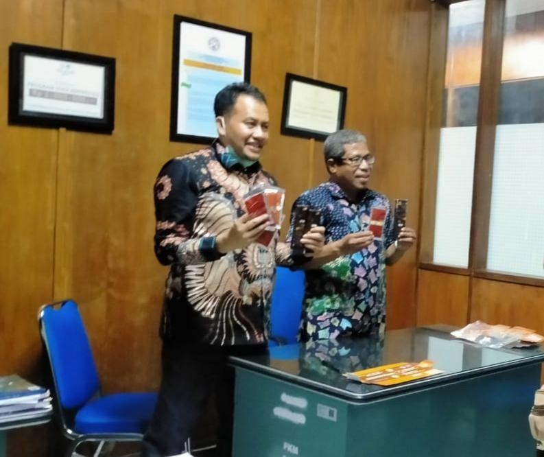 Dua peneliti senior dari Fakultas Kesehatan Masyarakat (FKM) Unair Surabaya, Abdul Rahim Tualeka dan M Mufti Mubarok mengaku telah menemukan suplemen antivirus corona. Suplemen yang diberi nama Nitrico tersebut diyakini mampu meningkatkan kekebalan tubuh saat virus masuk.