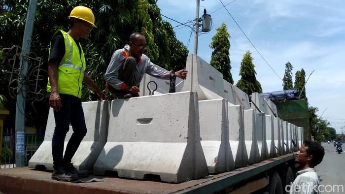 Dua hari menjelang local lockdown di Kota Tegal, MBC beton mulai datang dan siap dipasang. Beton tersebut akan digunakan untuk memblokir jalan akses masuk ke Kota Tegal.