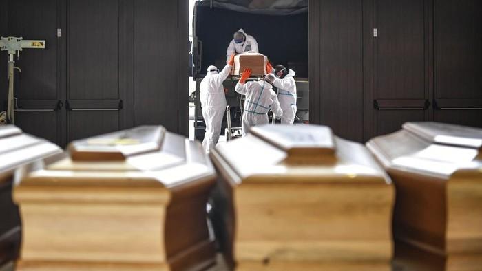 Otoritas Italia melaporkan angka kematian harian yang tertinggi karena virus corona sejak pandemi COVID-19 terjadi di negeri Eropa itu.
