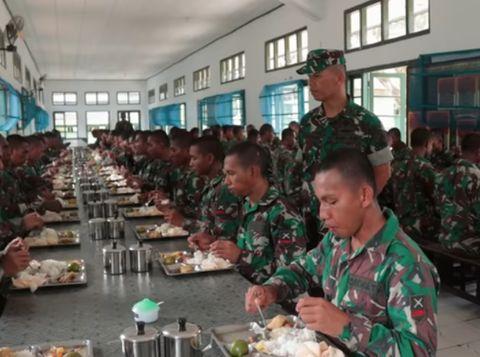 Super Disiplin! Seperti Ini Cara Makan Prajurit TNI