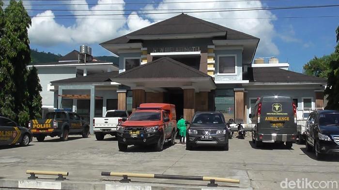 Petugas evakuasi mayat WN Jerman dari salah satu hotel di Kota Gorontalo (Ajis Khalid/detikcom)