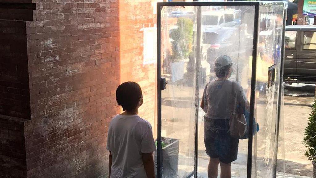 Pengunjung Pasar Badung Wajib Lewati Bilik Disenfektan untuk Cagah Corona