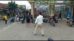 Video Pria Berpisau Lawan Polisi di Tangerang