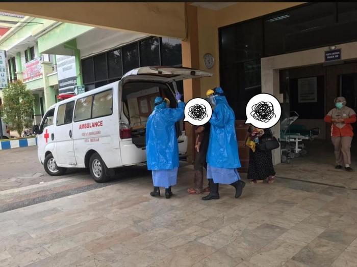 Sebuah foto dua petugas memakai Alat Pelindung Diri (APD) virus corona mengevakuasi pasien dari IGD RSUD dr R Soedarsono Kota Pasuruan membuat heboh. Foto ini menyebar melalui aplikasi percakapan WhatsApp.