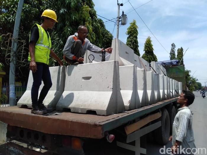 Beton yang akan dipakai untuk tutup akses masuk Kota Tegal, Sabtu (28/3/2020).