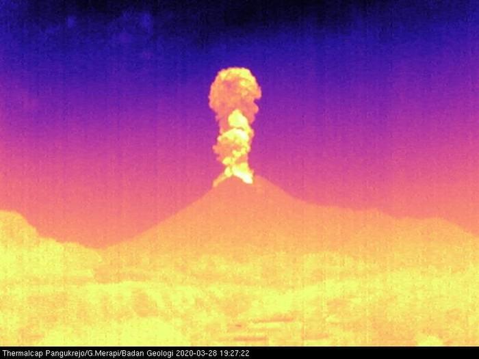 Gunung Merapi erupsi, Sabtu (28/3/2020) malam.