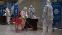Penyemprotan disinfektan pun dilakukan di sejumlah bagian stasiun sebagai salah satu upaya untuk mengantisipasi penyebaran virus Corona di area tersebut.
