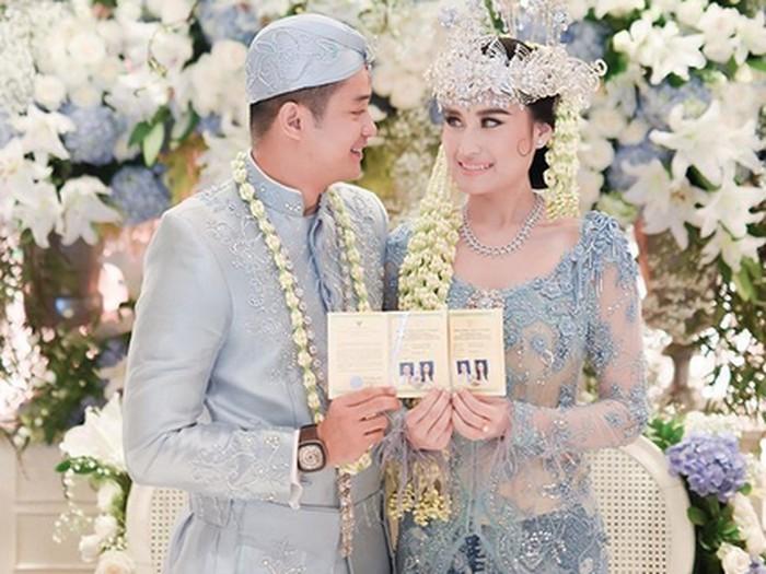 Adly Fairuz menikah dengan Angbeen Rishi.