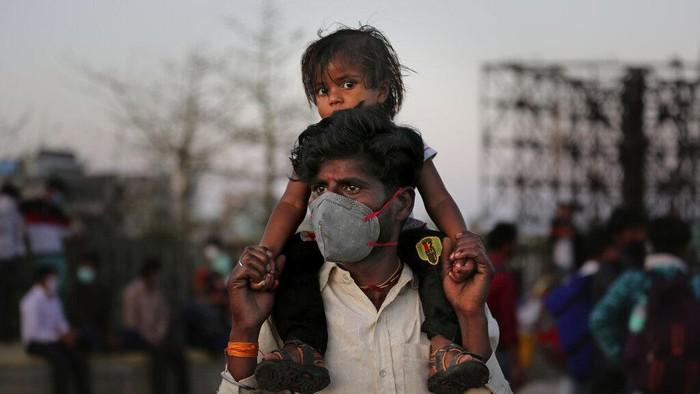 India terapkan lockdown nasional beberapa waktu lalu. Meski dilarang keluar rumah, warga India ramai-ramai tinggalkan kota untuk kembali ke kampung halaman.
