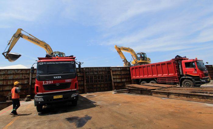 Sejumlah pekerja PT Lumbung Jaya International (LJI), dengan truk TATA Prima, mengangkut garam di Pelabuhan Pelindo, Cirebon, Jawa Barat.