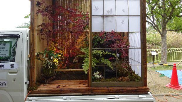 Lanskap bak mobil pikap pakai pintu ala rumah Jepang