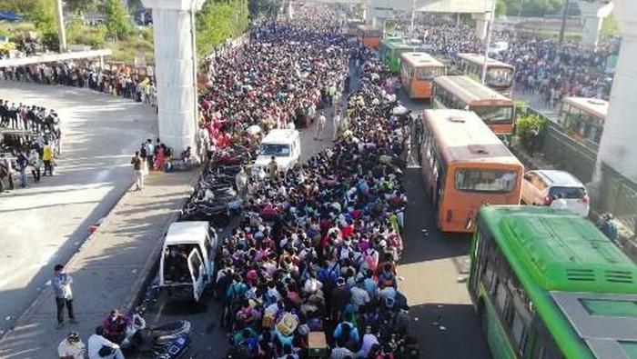 Warga India pulang ke kampung halaman usai lockdown. (AFP/BHUVAN BAGGA)