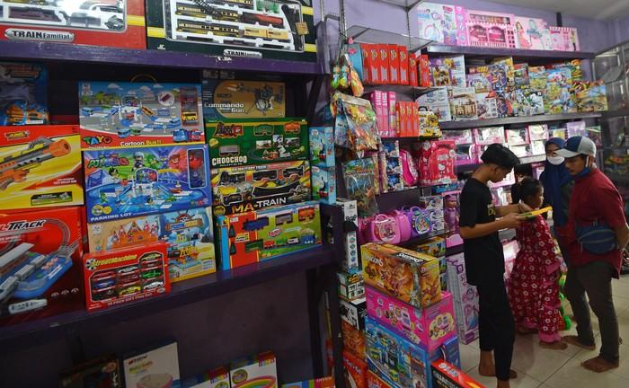 Penyebaran virus Corona yang melanda Indonesia berdampak ke berbagai sektor. Salah satunya penjualan mainan di Pasar Gembrong yang mengalami penurunan omzet.