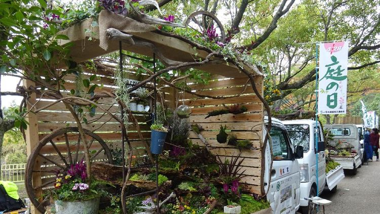 Indahnya Bak Mobil Pikap Dihiasi Taman