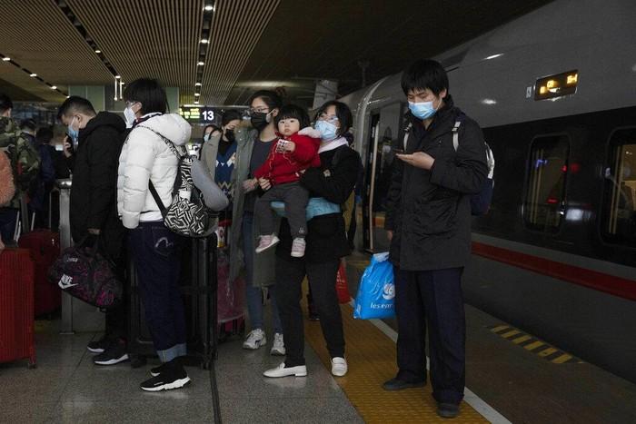 Kasus baru terkait virus Corona di Wuhan, China, alami penurunan. Hal itu membuat kawasan  itu kembali buka layanan kereta bawah tanah dan kereta jarak jauh.