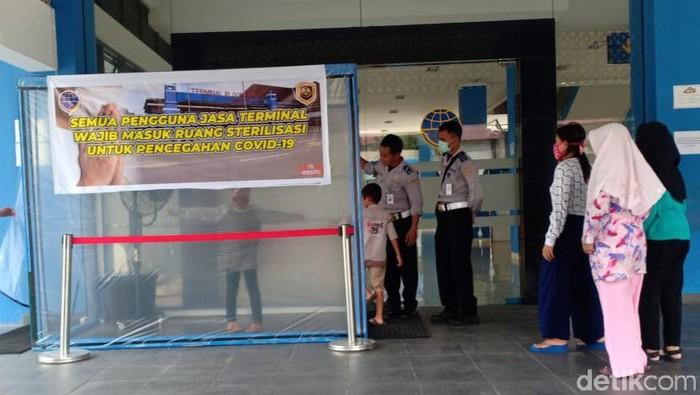 Pemudik di Terminal Klaten harus masuk bilik disinfektan, Minggu (29/3/2020).