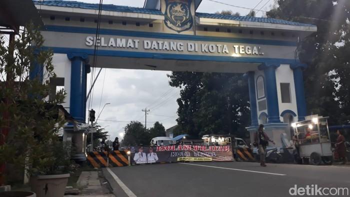 Pemasangan beton penutup akses keluar masuk Kota Tegal, Minggu (29/3/2020).