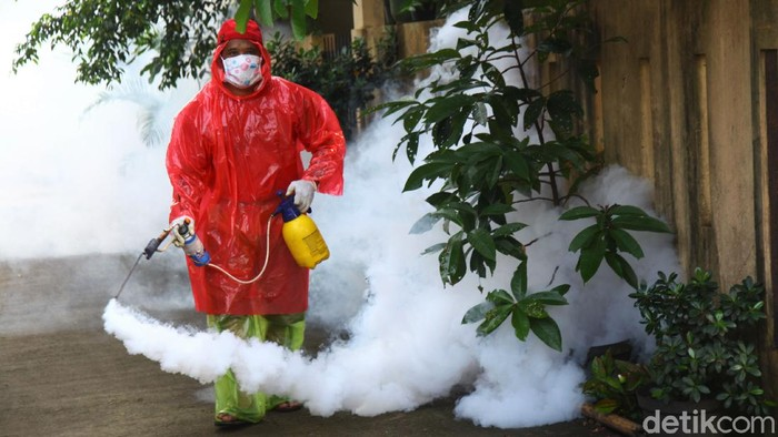 Warga di kawasan Sawangan, Depok, Jabar, melakukan kegiatan fogging di lingkungan rumah mereka. Hal itu dilakukan sebagai pencegahan penyakit demam berdarah.