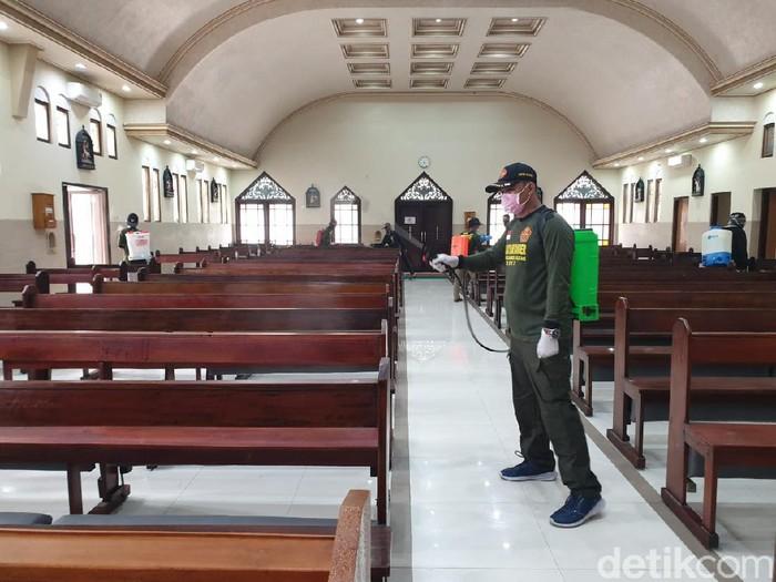 Sekitar 50 anggota Pemuda Ansor dan Ikatan Pelajar Nahdlatul Ulama (NU) Kota Blitar berkeliling ke beberapa tempat ibadah. Tak hanya masjid dan musala, mereka juga menyemprotkan disinfektan di gereja, vihara dan klenteng yang ada.