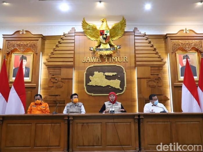 Gubernur Jawa Timur Khofifah Indar Parawansa menyampaikan ada tambahan tiga pasien positif corona yang meninggal di Jatim. Jadi hingga saat ini ada 7 pasien positif yang meninggal di Jatim.