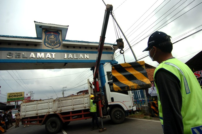 Sejumlah beton mulai dipasang di sejumlah perbatasan Kota Tegal, Jawa Tengah. Beton tersebut dipasang sebagai bagian dari isolasi wilayah untuk cegah Corona.