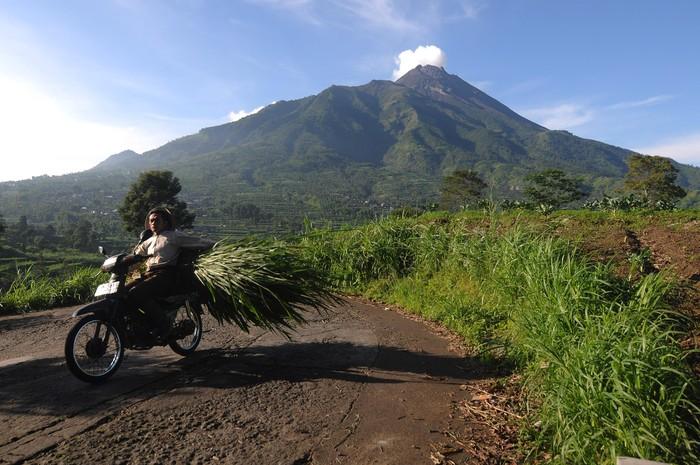 Gunung Merapi beberapa kali mengalami erupsi sejak beberapa hari lalu. Seperti apa aktivitas Gunung Merapi dan para warga yang tinggal di sekitarnya hari ini?