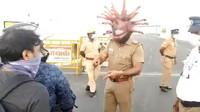 Unik! Polisi India Pakai Helm Virus Corona Agar Warga Tetap di Rumah