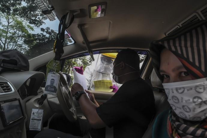Dinas Kesehatan Kota Depok menggelar pengecekan cepat COVID-19 via drive thru. Seperti apa? yuk lihat proses tesnya.