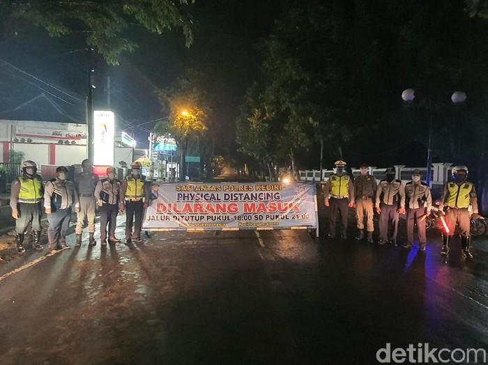 Jalan mulai simpang empat An-Nur hingga simpang empat Garuda di Pare, Kabupaten Kediri ditutup. Itu merupakan upaya penerapan kawasan physical distancing mencegah penyebaran corona.