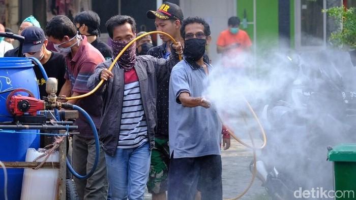 Warga Bekasi gotong royong melakukan disinfektan ke penjuru kota untuk mencegah penyebaran virus Corona. Penyemprotan dilakukan diiringi musik dangdut dari gerobak yang membawa air disinfektan.