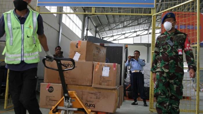 2.000 APD untuk penanganan virus Corona tiba di Kendari Sultra. (Foto: dok. TNI)