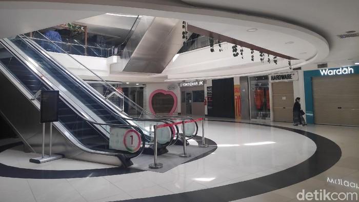 Suasana pusat perbelanjaan di kawasan Bintaro, Tanggerang Selatan, yang tutup  imbas wabah COVID 19, Senin (30/3/2020).