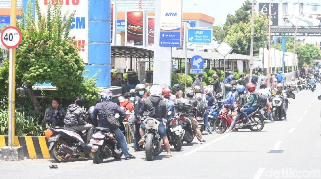 Ratusan Kendaraan Mengular Panjang di Pelabuhan Ketapang, Ada Apa?