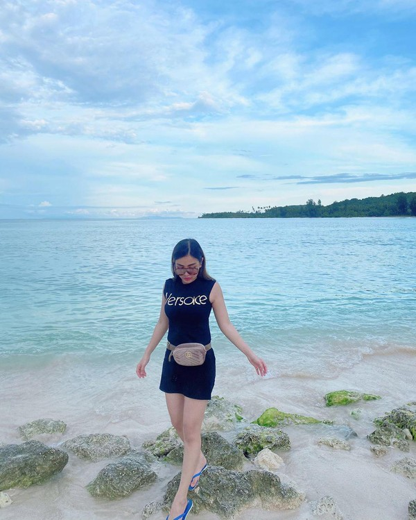Ini momen karantina Bella di Pantai Jikumerasa di Pulau Buru, Maluku. Indah sekali ya (@bellashofie_rigan/Instagram)