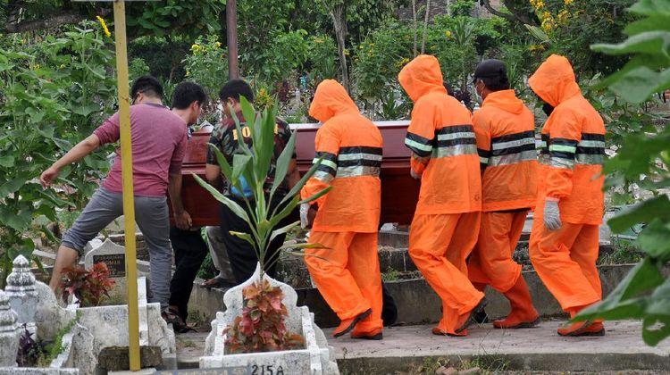 Melihat Proses Pemakaman PDP Corona di Medan