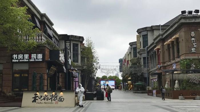 Menurunnya jumlah kasus baru Corona di Wuhan membuat aktivitas perekonomian di wilayah itu perlahan kembali bergeliat. Sejumlah toko mulai kembali beroperasi.