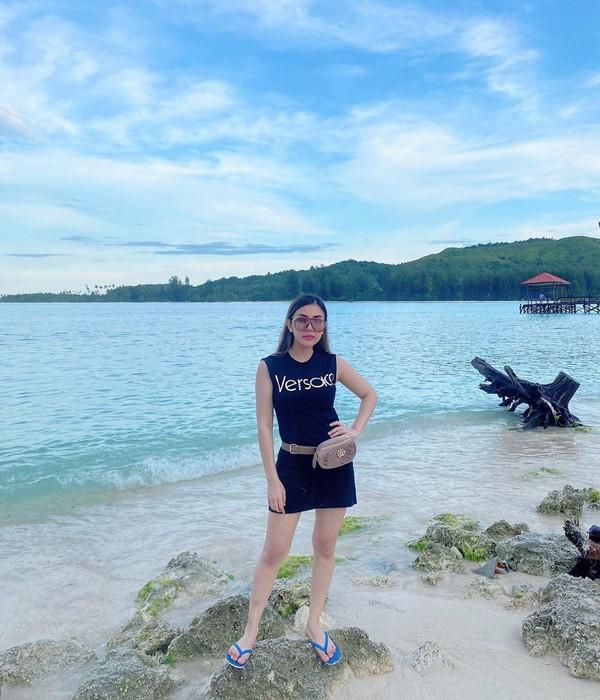 Pekan lalu, model sekaligus artis cantik Bella Shofie diboyong oleh suaminya untuk mengkarantina diri ke Pulau Buru di Ambon, Maluku. Hal itu pun ia unggah lewat laman Instagram pribadinya(@bellashofie_rigan/Instagram)