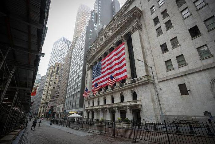 Gedung bursa saham New York (NYSE) berada yang berada di jalan Wall Street tersebut terlihat sepi. Biasanya, pada hari Minggu dan hari kerja, kawasan ini sangat ramai pebisnis dan juga turis. Anadolu Agency via Getty Images/Anadolu Agency
