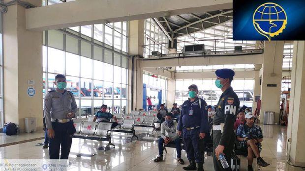 Petugas di Terminal Pulo Gebang, Senin (30/3)