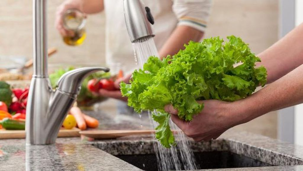 Amankah Mencuci Sayur dan Buah Pakai Sabun untuk Cegah Virus Corona?