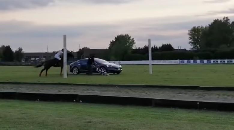 Adu cepat kuda melawan mobil listrik