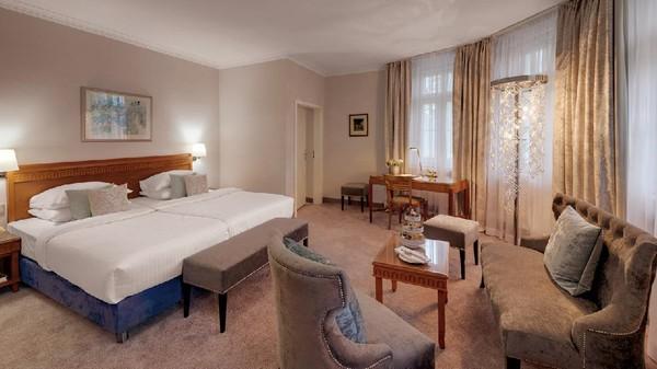 Grand Hotel Sonnenbichl memiliki sejumlah kamar dengan berbagai tipe. Antara lain adalah König Ludwig Suite, Premier Deluxe Room, Deluxe Room, Superior Rooms dan Studio. Total ada 99 kamar di sana (Leuchtende Hotelfotografie/Grand Hotel Sonnenbichl)