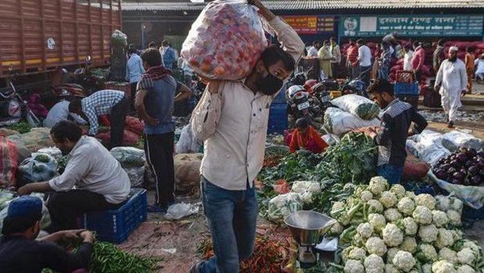 Polisi beri makanan di tengah corona