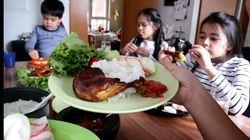 Makan Sambal Terasi, Bocah Bule Ini Ketagihan Pedasnya