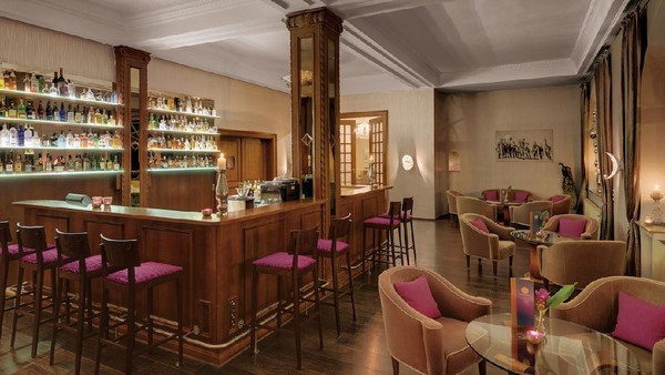 Tak lupa juga, bar nyaman dengan aneka pilihan minumanyang bisa dipesan sesuai selera (Leuchtende Hotelfotografie/Grand Hotel Sonnenbichl)