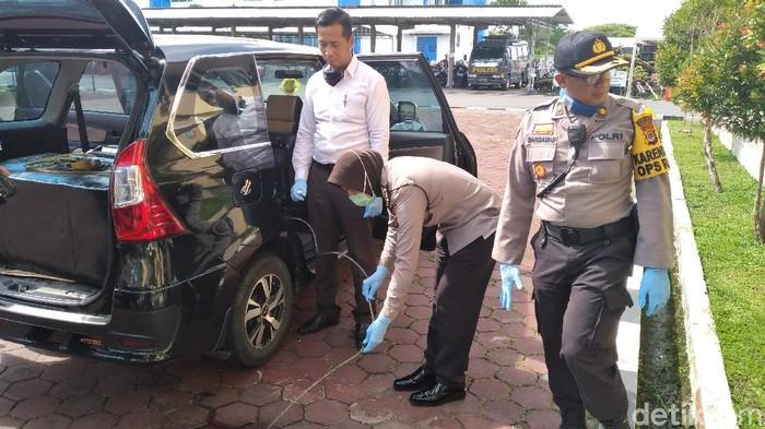 Barang bukti mobil dan jeriken bensin modus tangki timbun