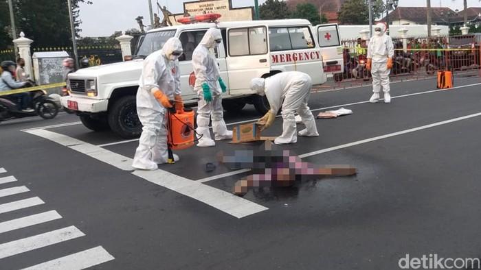 Seorang pria ditemukan meninggal di Titik Nol Kilometer Yogyakarta. Polisi menduga kematian pria tersebut akibat penyakit epiliepsi dan jantung.