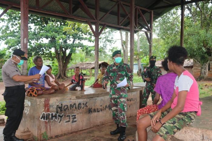 Satgas Pamtas RI-PNG Yonif MR 411 Kostrad bersama Lintas Sektoral dan Unsur CIQS PLBN Sota melakukan sosialisasi COVID 19, Papua. (Dok Pen Kostrad)