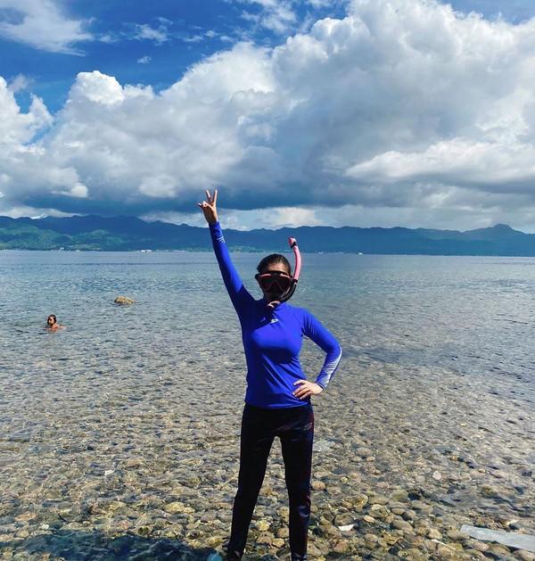 Keseharian Bella saat mengkarantina diri di Pulau Buru, main air dan snorkeling di belakang rumah. Bikin iri saja ya karantina diri ala Bella! (@bellashofie_rigan/Instagram)